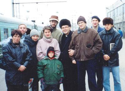 о. Бернардо Антонини и о. Сергей Николенко со студентами филиала Колледжа католической теологии в Саратове. Начало 90-х гг.